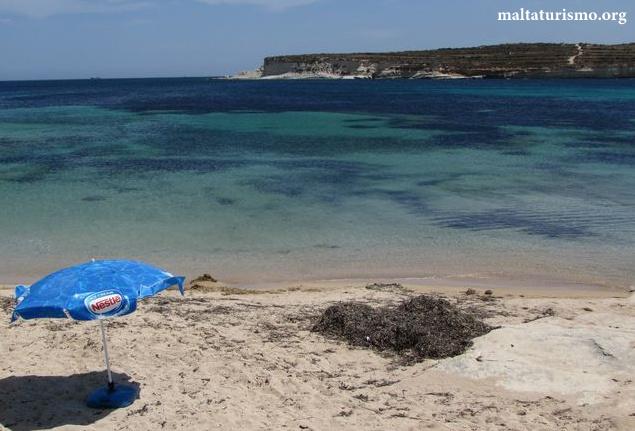 playa pequeña de arena blanca marsaskala