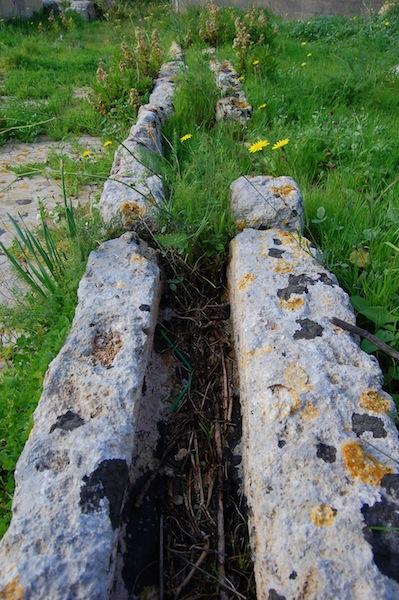 Canal de agua en el baño romano