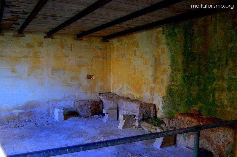 Dentro del baño romano en Tuffieha
