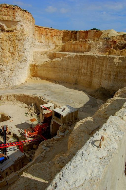 maquinas en la cantera de piedra caliza