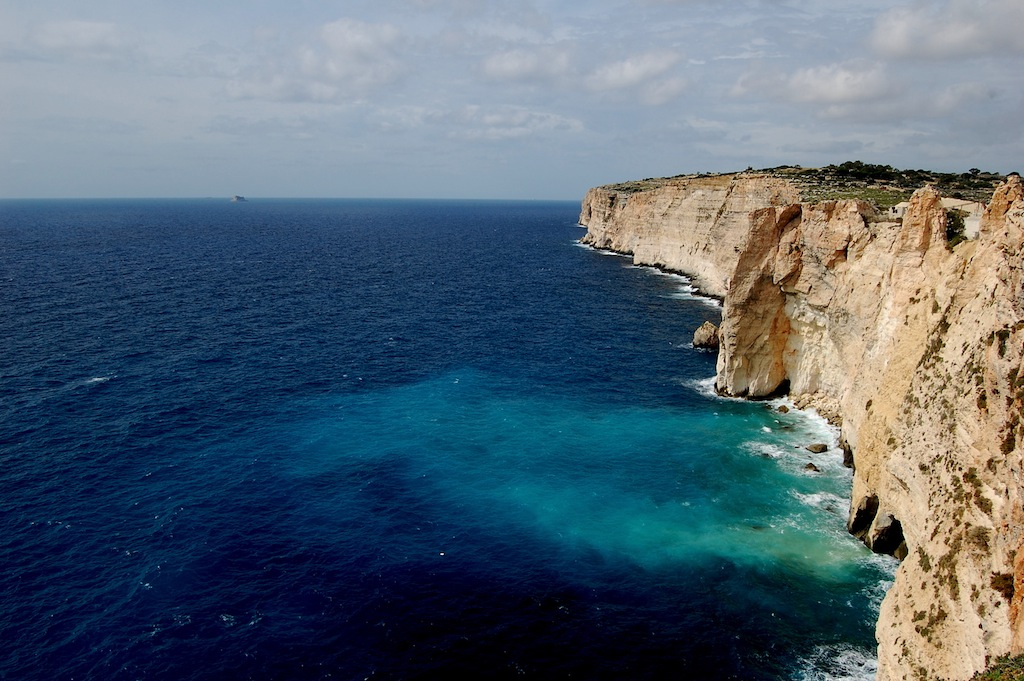 roca caliza en el mar