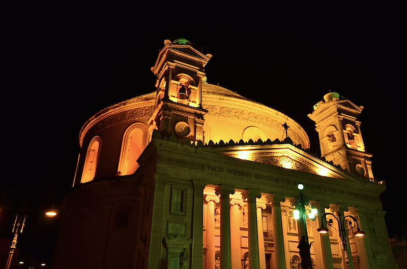 Catedral de Mosta de noche