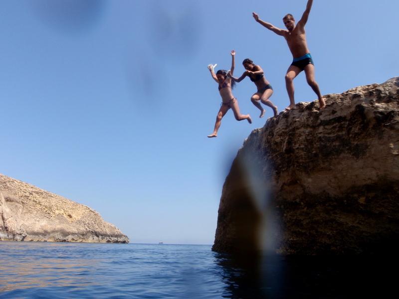 Roca en el medio del mar cerca de calas de Hagar Qim