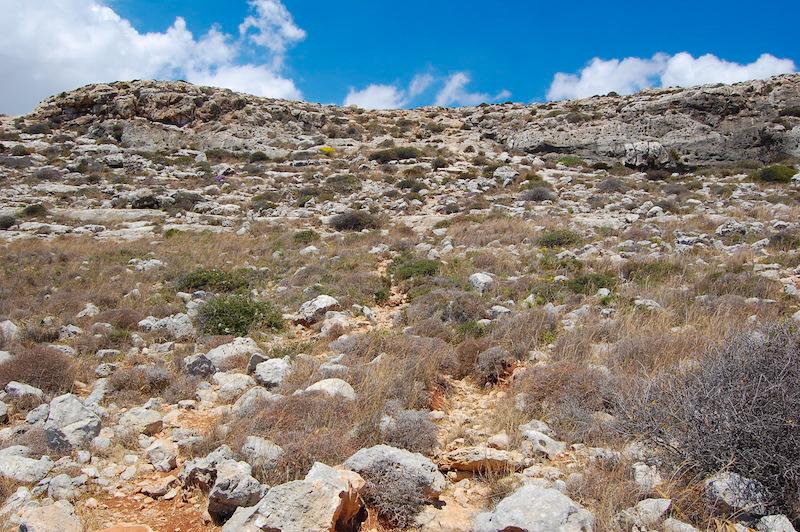 Vista el descenso a las calas de Hagar Qim desde la parte de abajo